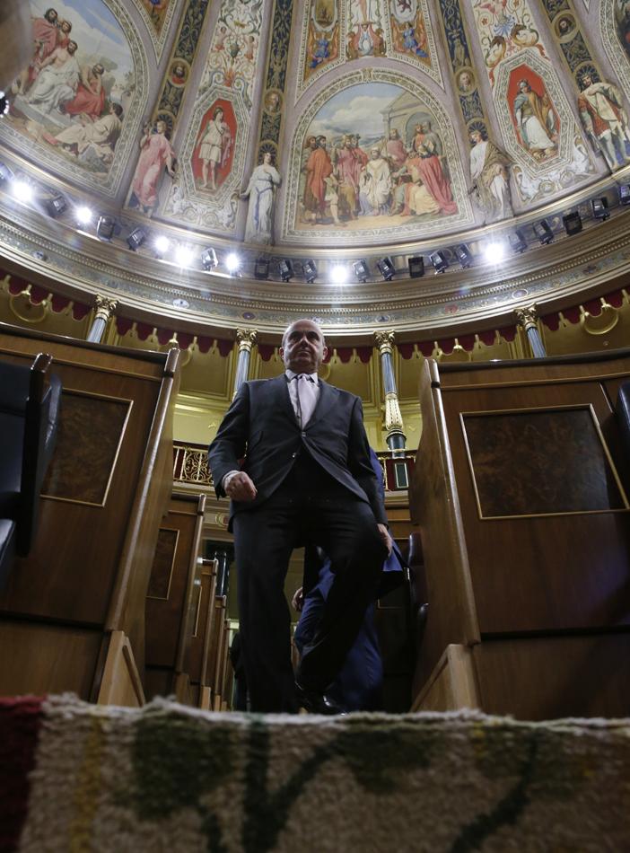 El ministro de Economía, Luis de Guindos, a su llegada al pleno del Congreso donde se debatió, entre otros asuntos, el techo de gasto para los Presupuestos de 2017. EFE/Zipi