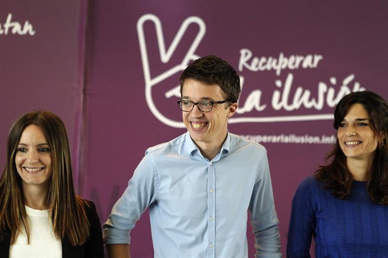 """El dirigente de Podemos Íñigo Errejón, c., que lidera el grupo """"Recuperar la ilusión"""", en el acto celebrado hoy en el Circulo de Bellas en el que presentó las propuestas de esta corriente de Podemos de cara a la asamblea nacional de este partido que se celebrará a principios del próximo año en Vistalegre. EFE/Víctor Lerena"""