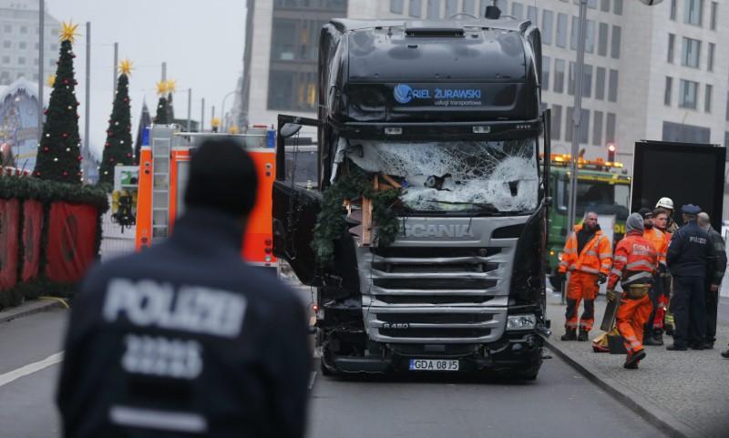 Un Policía alemán junto al camión utilizado para el ataque en el mercado navideño de Berlín. - REUTERS