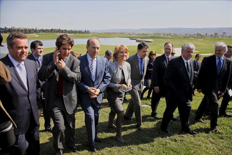 El empresario Joaquín Molpeceres, en el centro, junto a la entonces presidenta de la Comunidad de Madrid, Esperanza Aguirre, y otros cargos políticos, en la inauguración del campo de golf de la finca El Encín, en marzo de 2011.