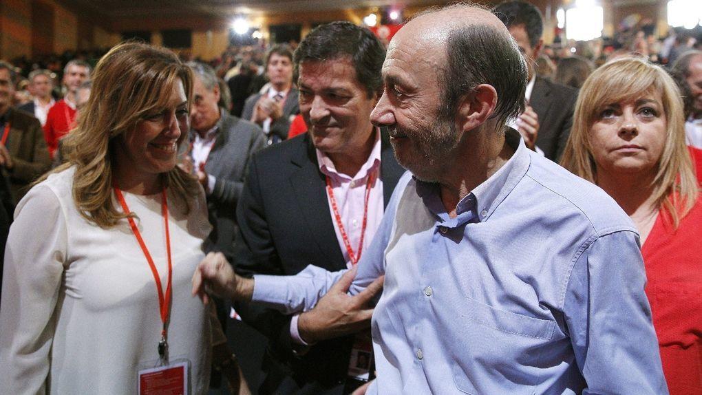 Alfredo Pérez Rubalcaba saluda a Susana Díaz en presencia de Elena Valenciano y Javier Fernández. EFE