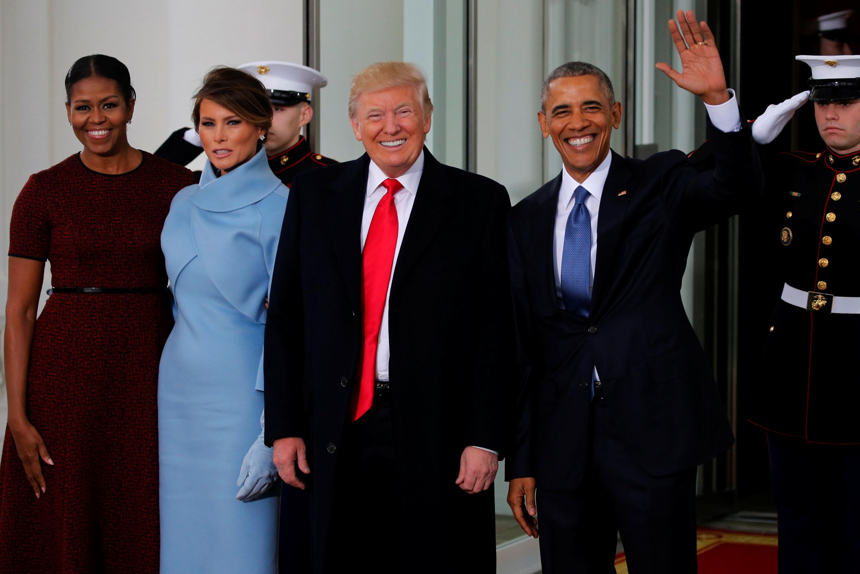 El presidente saliente, Barack Obama, y el presidente electo, Donald Trump, y sus respectivas esposas, Michelle y Melania, en la entrada de la Casa Blanca.- REUTERS