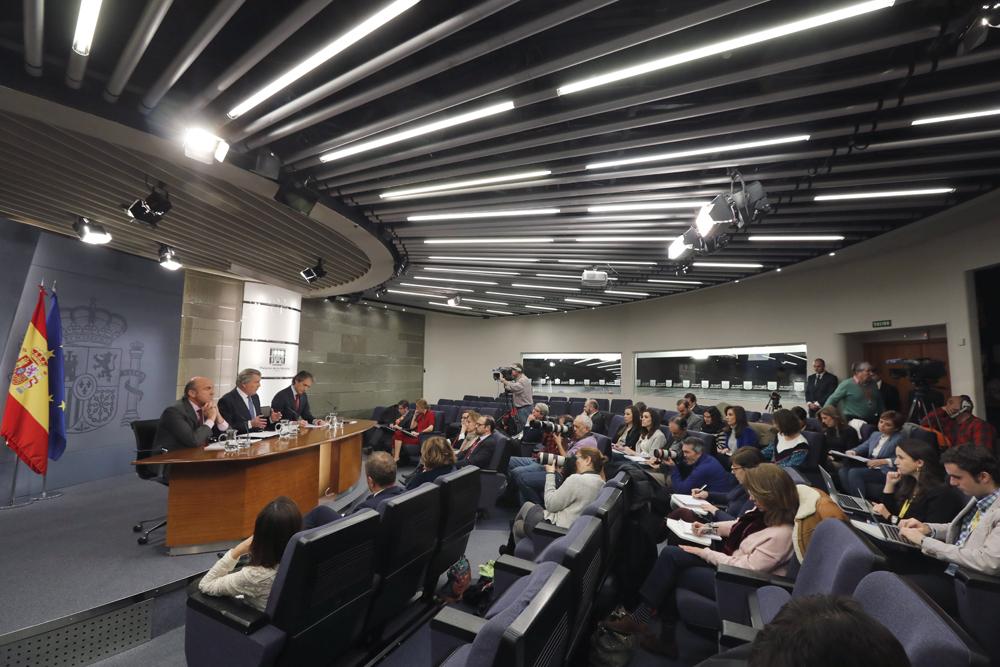 Los ministros de Economía,  Luis de Guindos, de Educación y portavoz del Gobierno, Íñigo Méndez de Vigo, y de Fomento, Íñigo de la Serna, durante la rueda de prensa posterior a la reunión del Consejo de Ministros. EFE/Angel Diaz