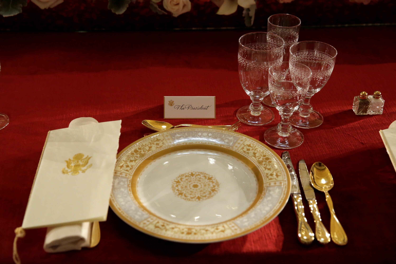 La mesa preparada, con el servicio para el presidente, del almuerzo oficial de la toma de posesión de Donald Trump, en la Sala Nacional de las Estatuas, en el Capitolio. REUTERS/Yuri Gripas