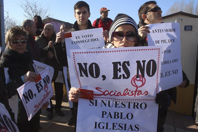 """Un grupo de manifestantes recibieron a Susana Díaz entre abucheos y gritos de """"no es no"""". - EFE"""