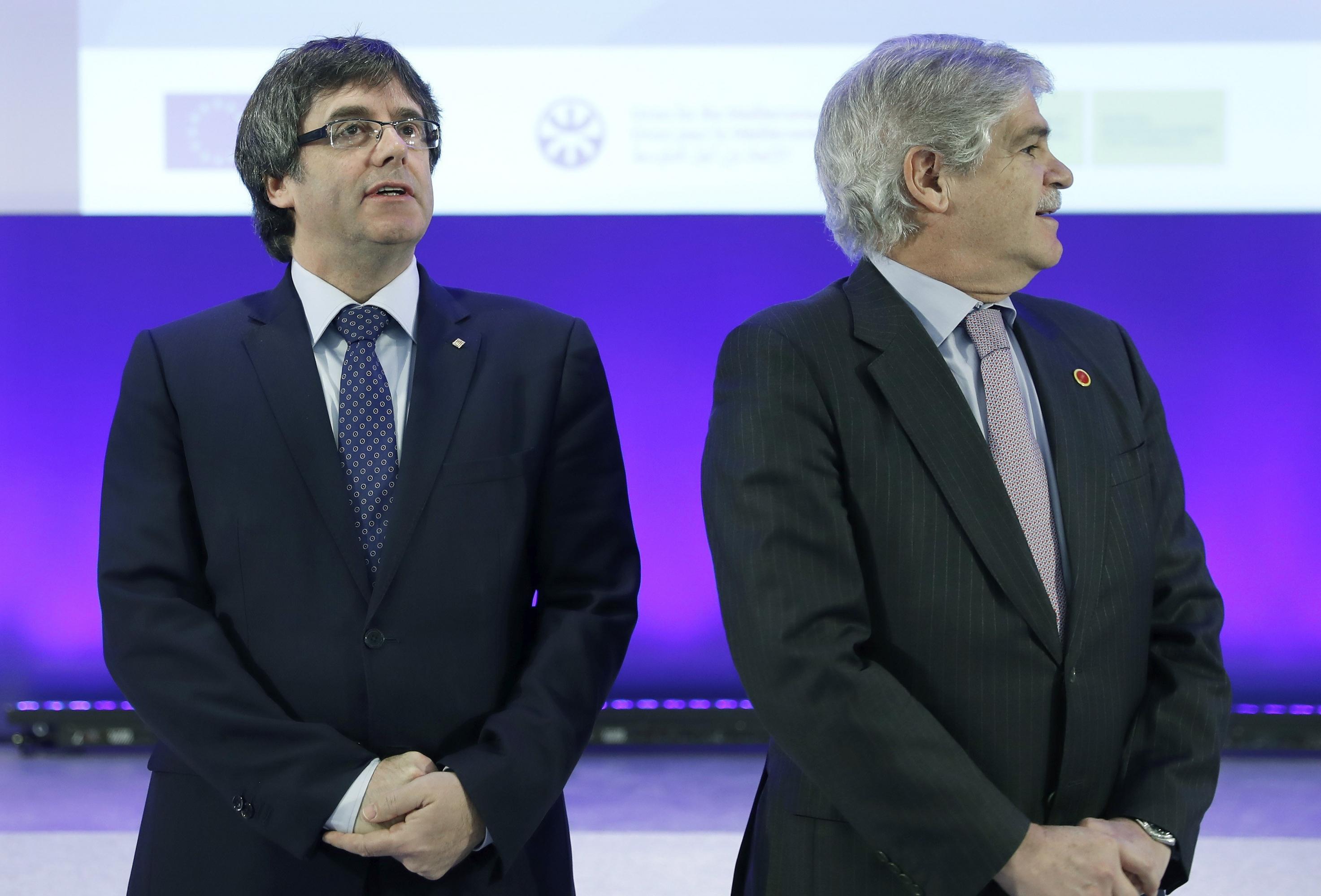 El presidente de la Generalitat, Carles Puigdemont, con el ministro de Asuntos Exteriores, Alfonso Dastis Quecedo, durante la inauguración del foro euromediterráneo que se celebra este lunes en Barcelona. EFE/Andreu Dalmau
