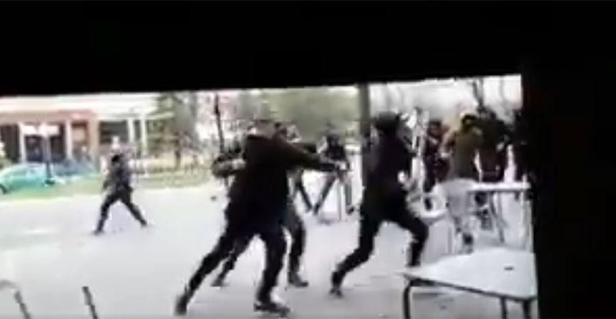 Una pelea multitudinaria antes del partido acaba con un joven detenido y un herido