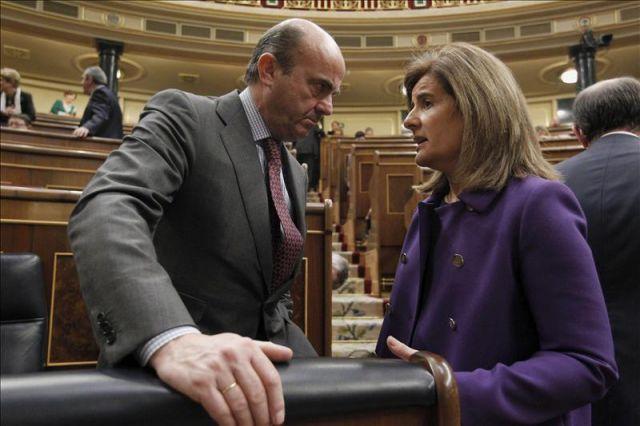 La ministra de Empleo, Fátima Báñez, con el ministro de Economía, Luis de Guindos.