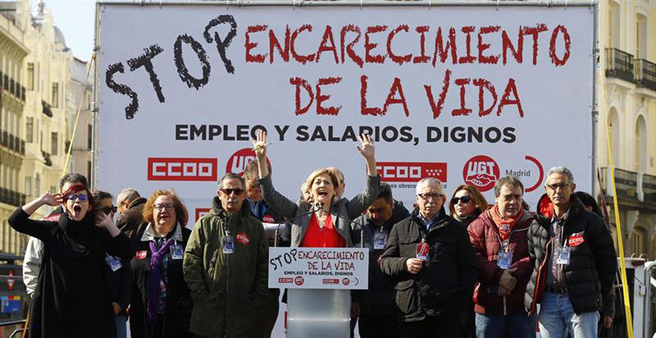 La actriz Azucena de la Fuente, junto al secretario general de CC.OO, Ignacio Fernández Toxo, durante la lectura de un manifiesto en la Puerta del Sol, al término de la manifestación convocada por CCOO y UGT en Madrid. EFE/J.P. Gandul