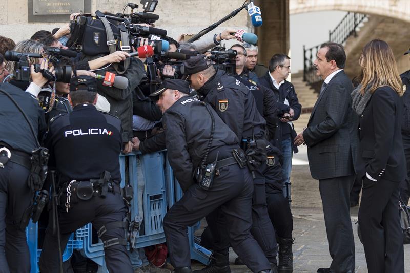 El fiscal Pedro Horrach hace declaraciones a los medios de comunicación a su salida de la Audiencia de Palma tras conocerse la sentencia del caso Nóos. - EFE