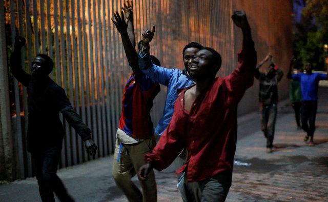 Más de 300 personas entran en Ceuta en un salto que ha dejado 11 heridos / REUTERS
