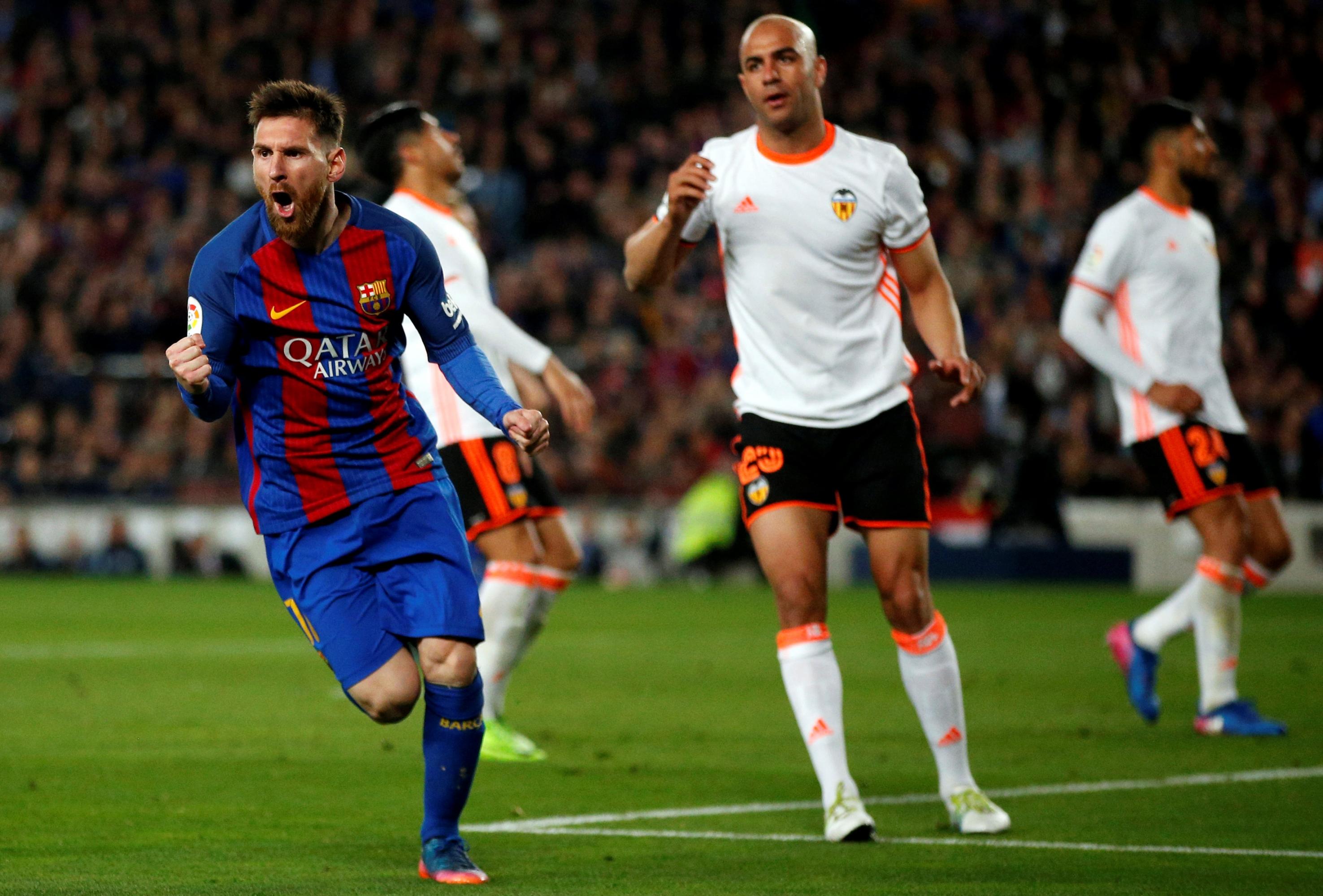 El Barça se impone a un Valencia con diez y aguanta el tirón al Real Madrid