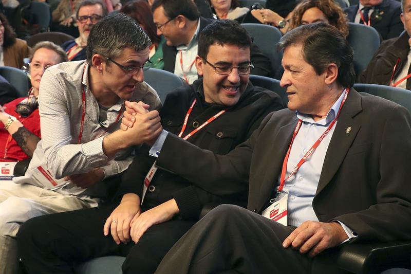 El presidente de la gestora del PSOE, Javier Fernández, y Eduardo Madina se estrechan la mano.EFE/ Chema Moya