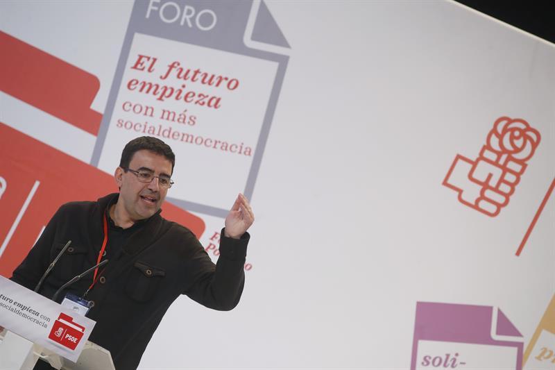 El portavoz de la gestora del PSOE, Mario Jiménez, interviene durante el acto de clausura del foro que culmina los trabajos para la elaboración de la ponencia política al 39 Congreso. EFE/Javier Lizón