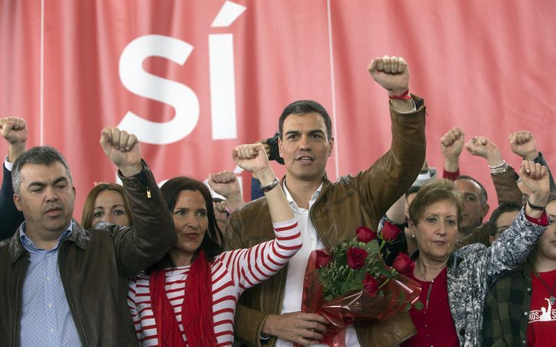"""Pedro Sánchez canta """"La internacional"""" al finalizar el acto en la localidad valenciana de Burjassot de su campaña como precandidato a las primarias del PSOE. EFE/Kai Försterling"""