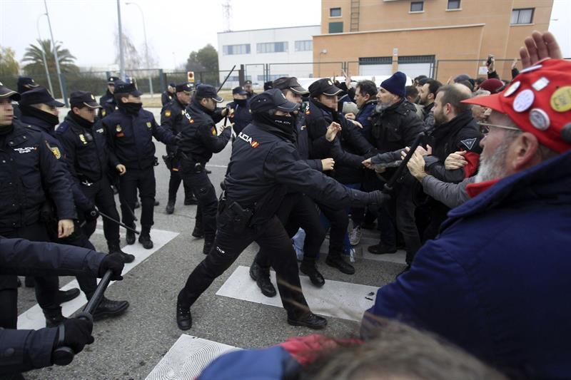 La Policía Nacional carga contra los trabajadores de Coca-Cola. /EFE