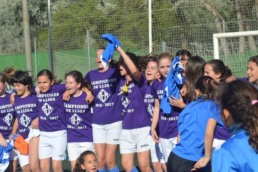 Un equipo femenino infantil hace historia al ganar la liga de segunda masculina