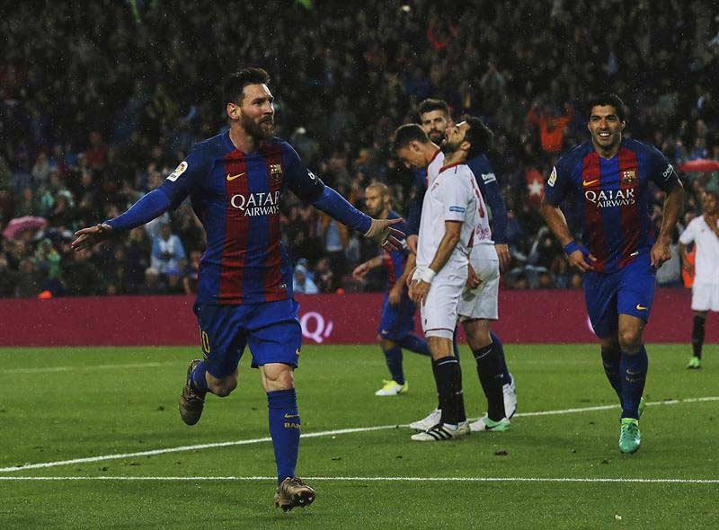 El Barça se ceba con un Sevilla en crisis y mete presión al Real Madrid