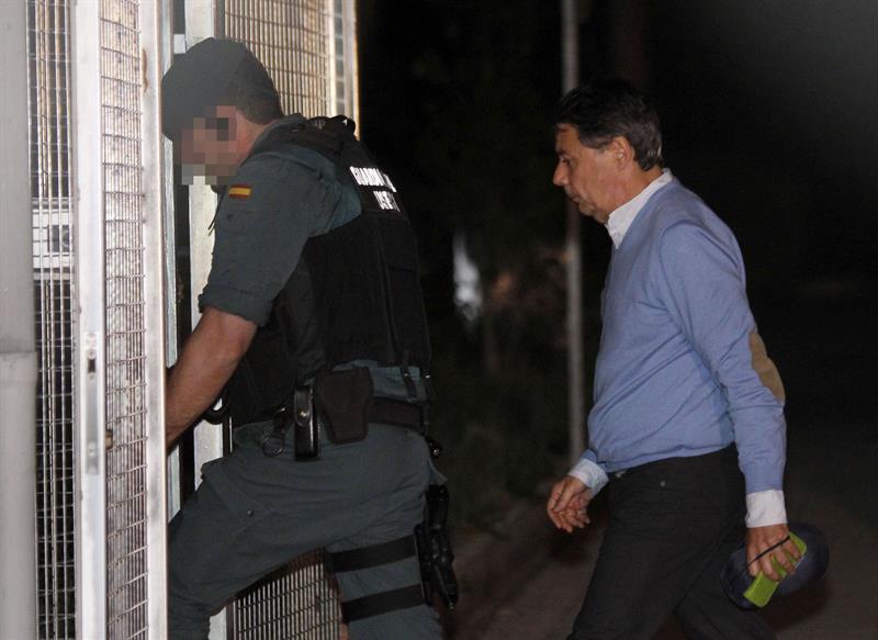 Ignacio González entra en las dependencias de los calabozos de Tres Cantos tras ser detenido por la Operación Lezo. EFE/Javier López