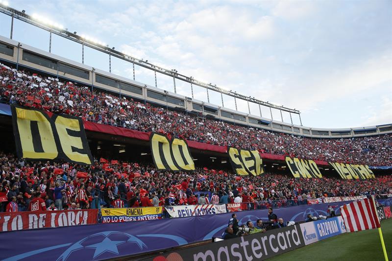 """""""Orgullosos de no ser como vosotros"""", el tifo de respuesta de la afición del Atlético"""