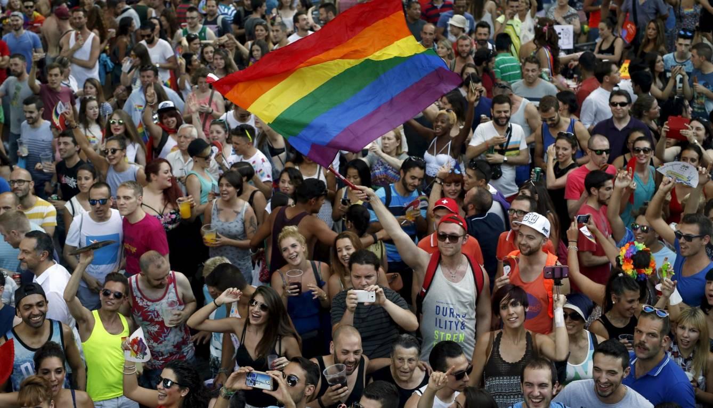 Gay publico