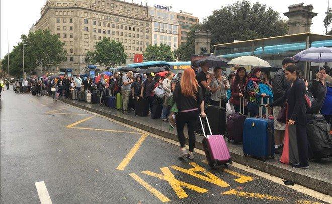 Una parada de taxi de Barcelona, sin ningún taxi ante la huelga de del sector contra la actividad de Uber y Cabify.