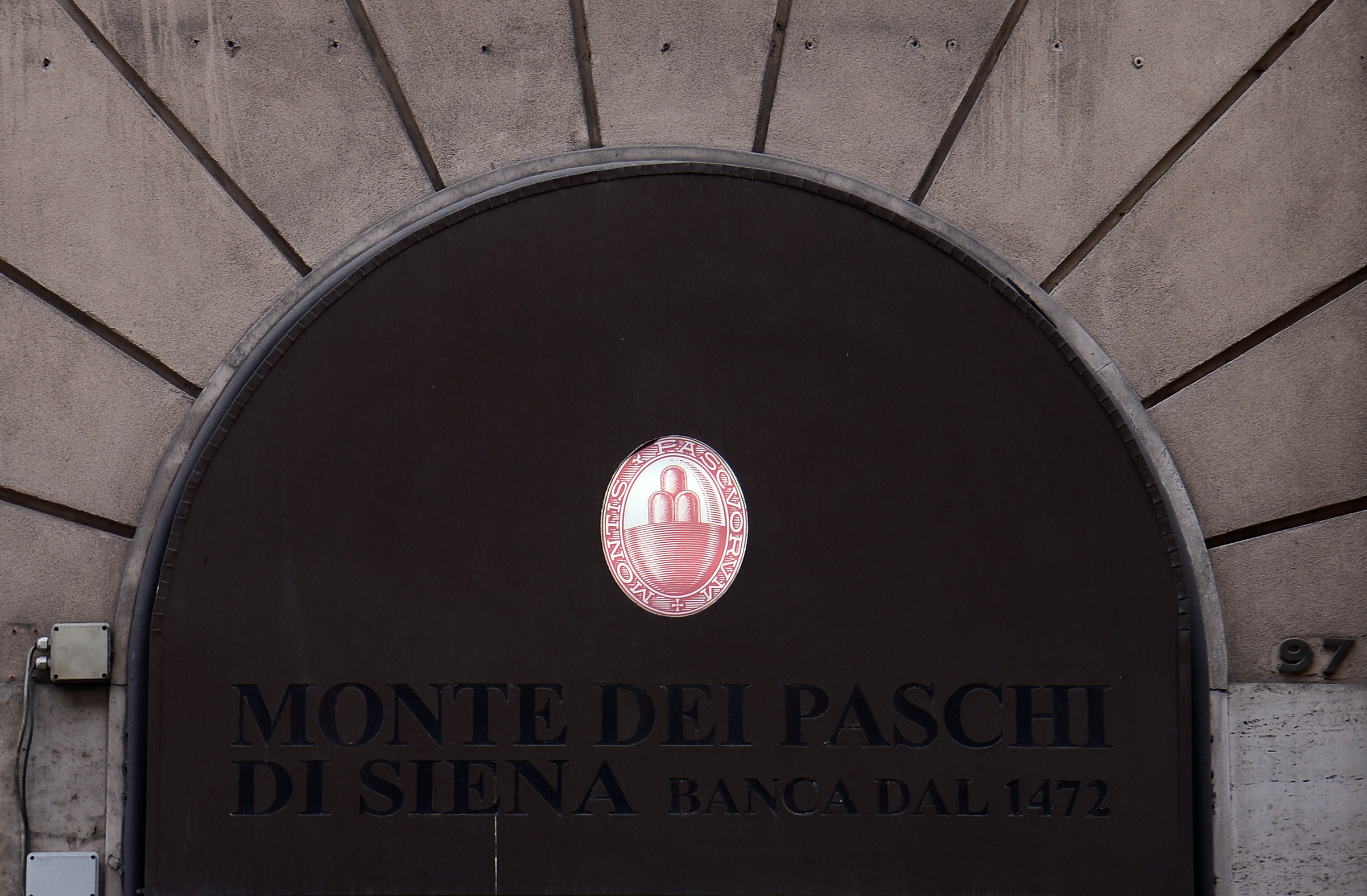 Bruselas e italia alcanzan un acuerdo sobre el rescate del for Sucursales banco santander en roma italia