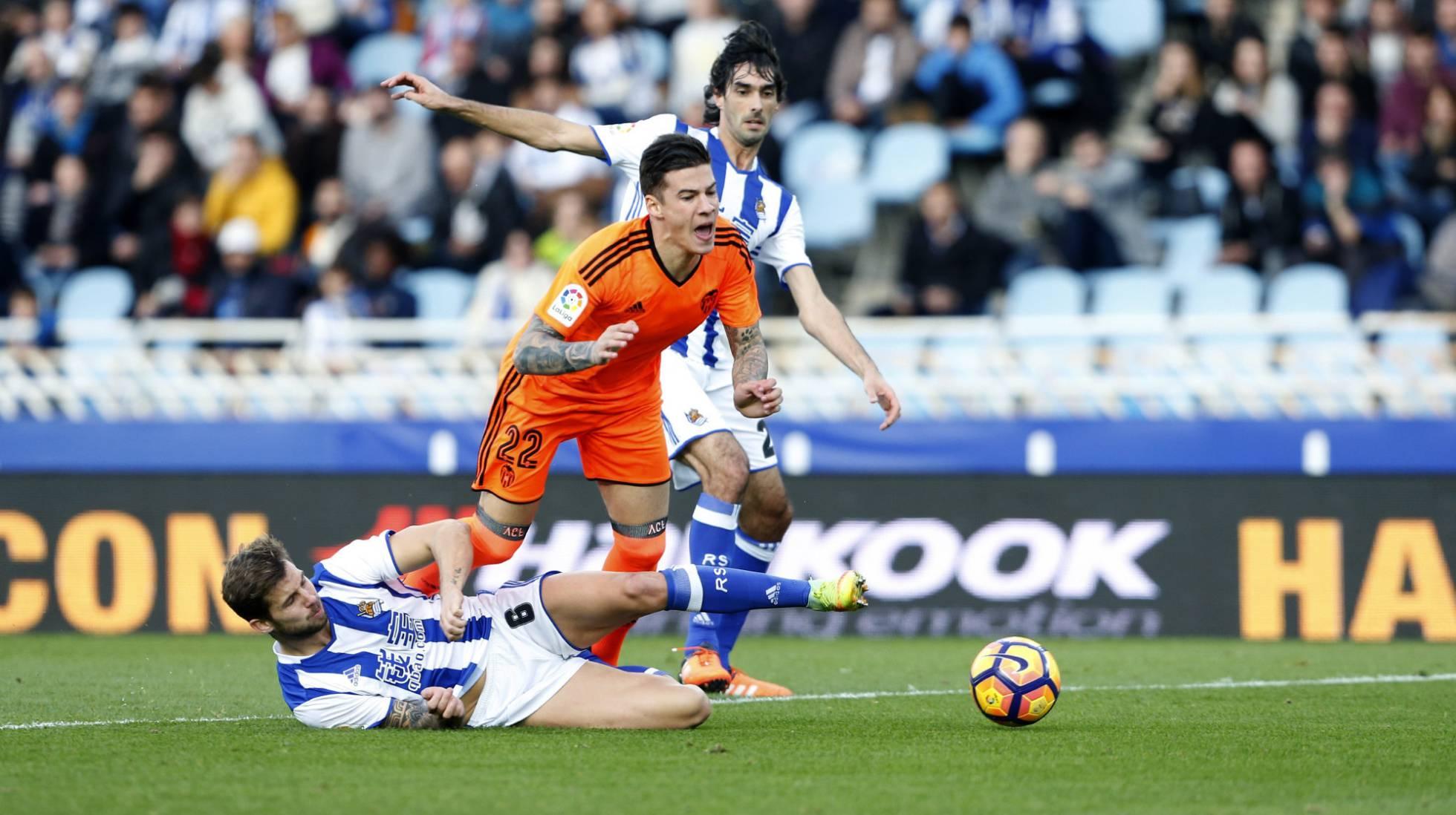 El delantero del Valencia CF Santi Mina, denunciado por agresión sexual