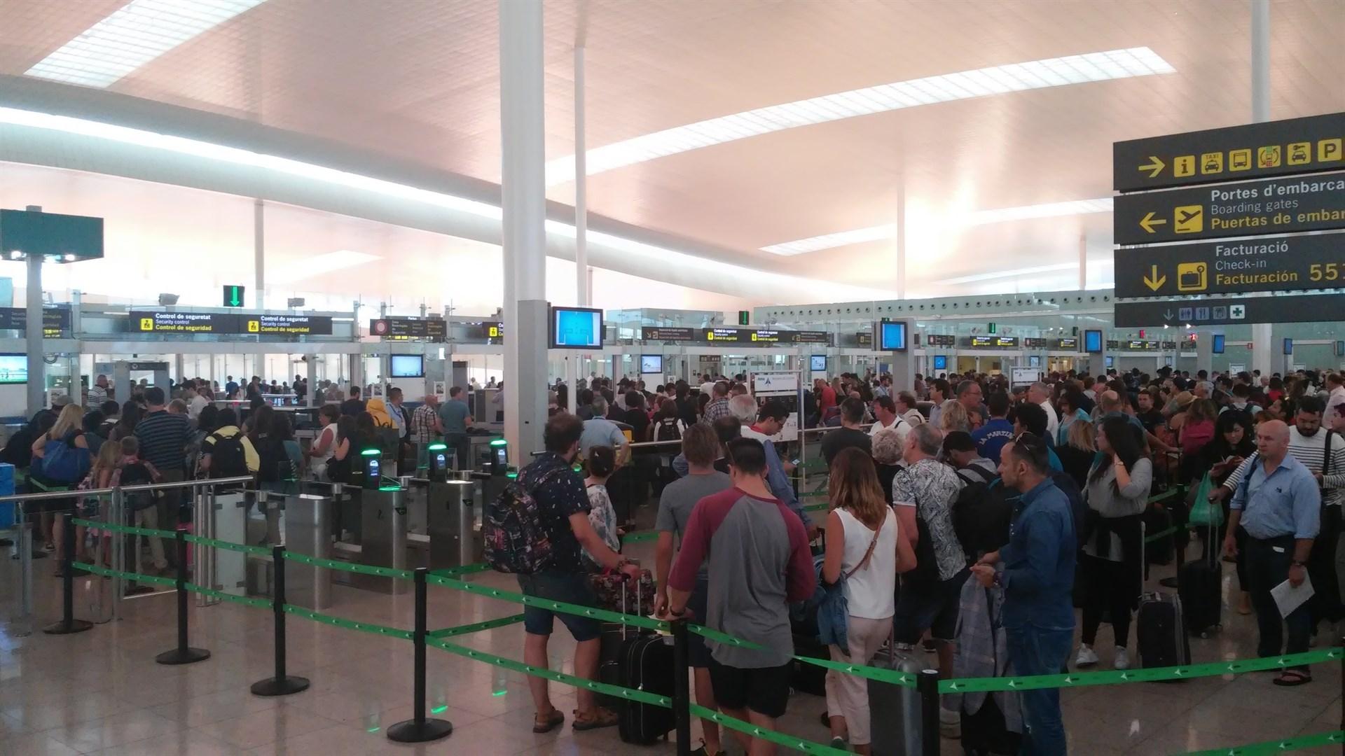 Colas en el aeropuerto barcelon s aena podr a sancionar a for Cajeros en el aeropuerto