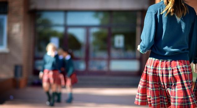 91f595e04582c Unidos Podemos propone el fin de la falda obligatoria en el uniforme del  colegio.