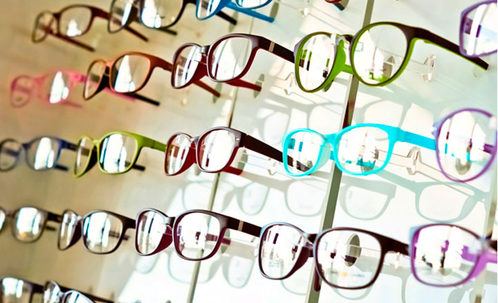 1eba2f6f41 Monturas de gafas en una tienda de ópticas. MÁS INFORMACIÓN. El Gobierno  baja el IVA de las gafas y lentes graduadas al 10 ...