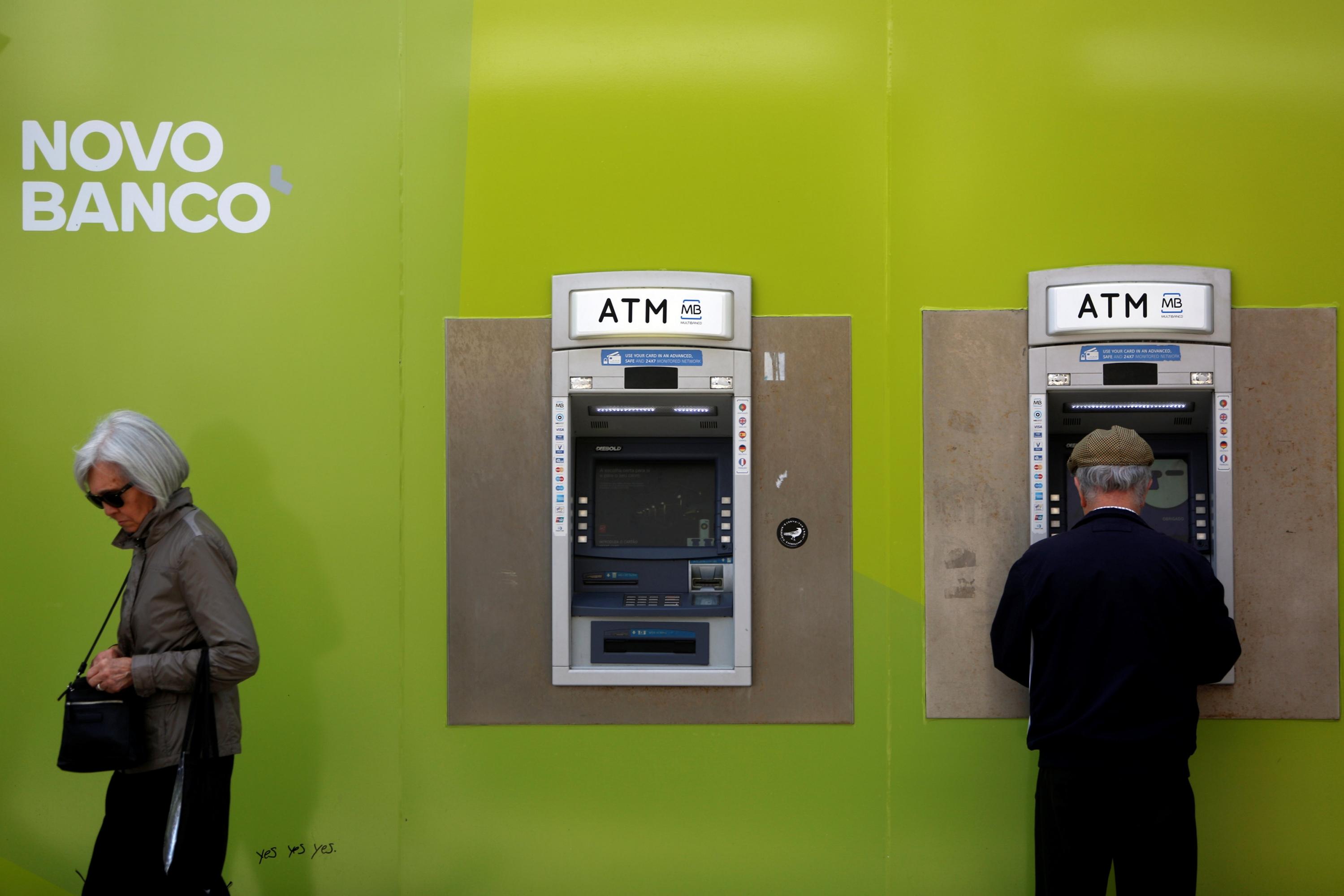 Bruselas aprueba la venta de novo banco al fondo for Banco espirito santo oficinas