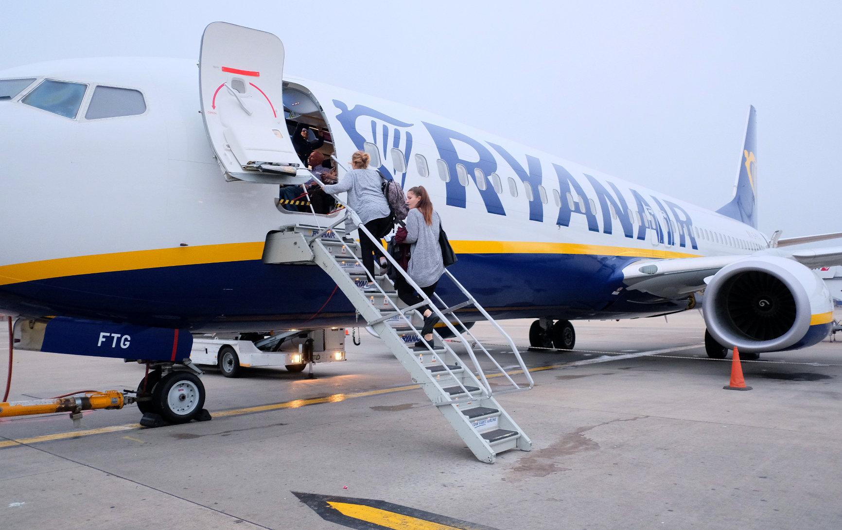 Ryanair ryanair comienza su nueva pol tica de equipajes cobrar un extra por llevar una - Cabina ryanair ...