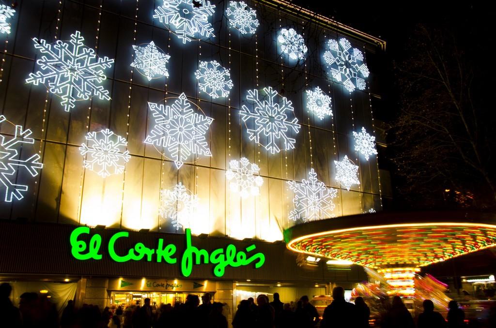El corte ingl s contratar a unas personas para la for Adornos de navidad el corte ingles
