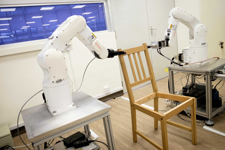 Ver Sillas De Ikea.Ikea Ensenan A Un Robot A Ensamblar El Solo Una Silla De Ikea En