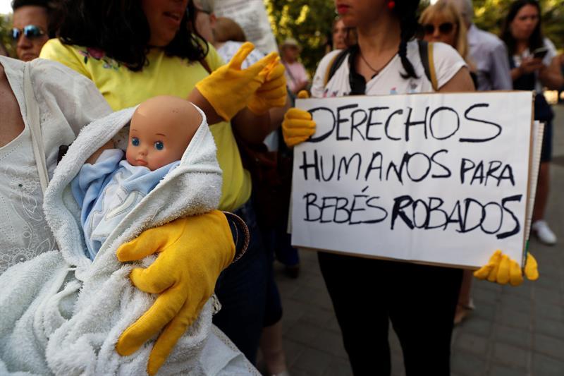 ccb063262 Concentración en la entrada de la Audiencia Provincial de Madrid que juzga  al doctor Eduardo Vela en la trama de los bebés robados durante el  franquismo.