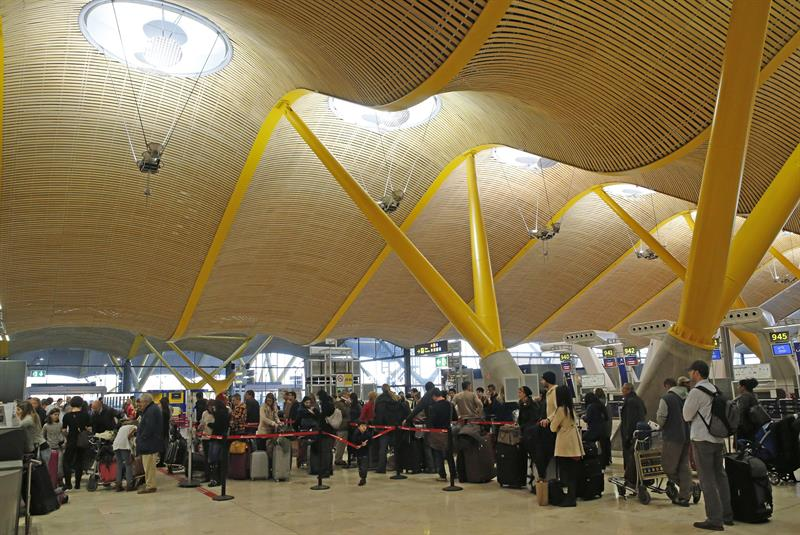 a22c6b48666 Colas formadas en los controles de seguridad del aeropuerto Madrid-Barajas  debido a una antigua huelga de vigilantes