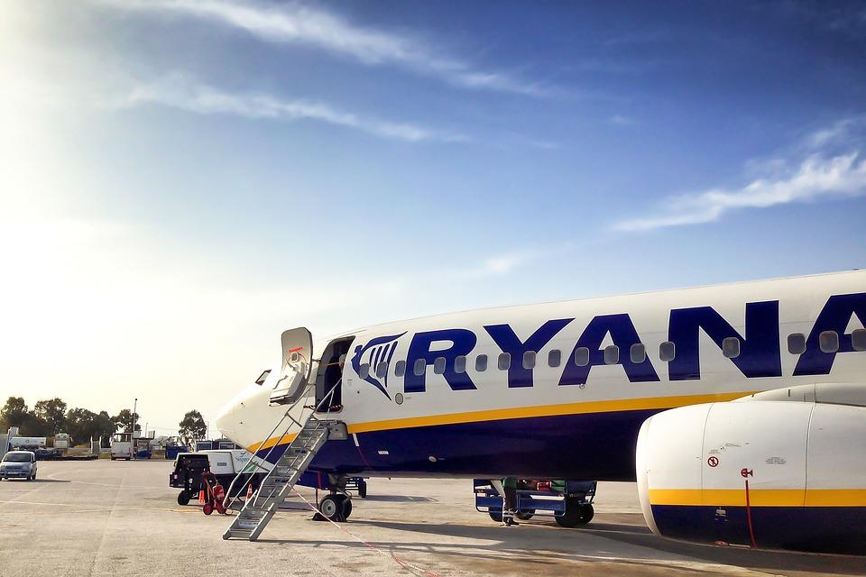 74ee4e96d Un avión de Ryanair. MÁS INFORMACIÓN. Fomento se reunirá con Ryanair tras  anunciar que cobrará por el equipaje de mano ...