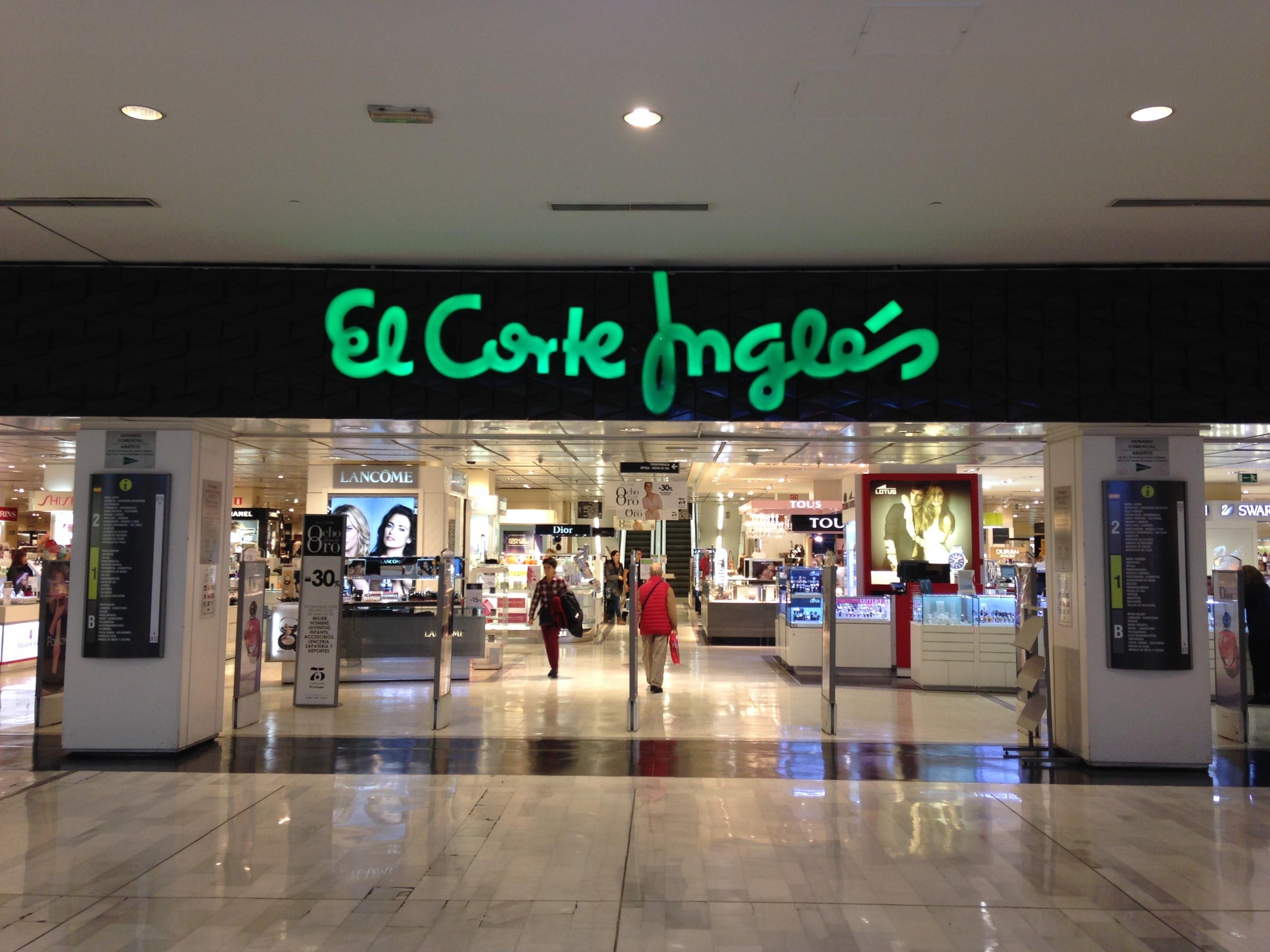 cc52edd5011 Entrada de la tienda de El Corte Inglés en el centro comercial La Vaguada