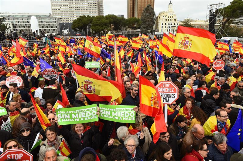 Cientos de personas participan en la concentración convocada por el PP 53c87444032