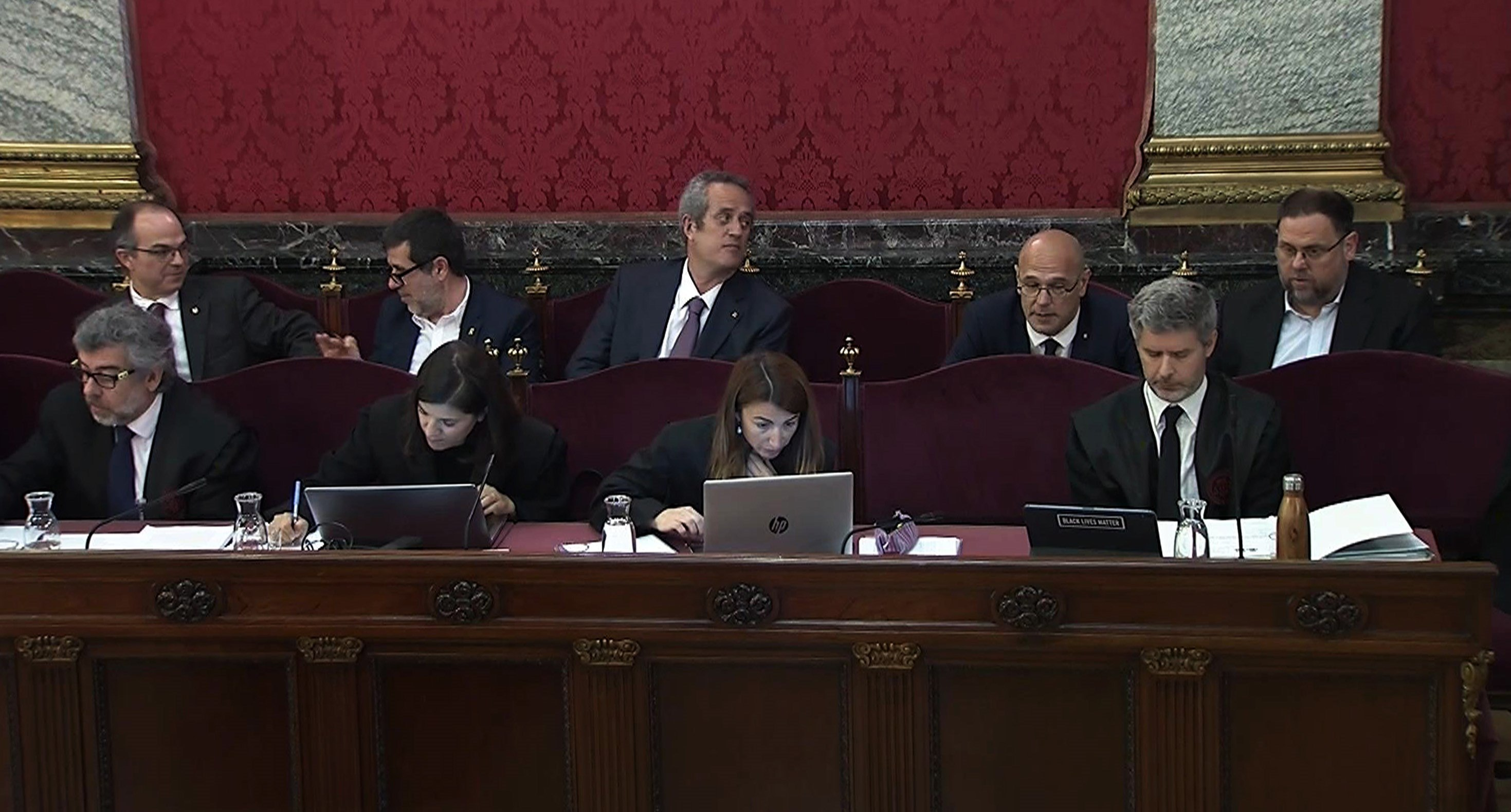 Un hecho inédito en las Cortes: los presos del 'procés', en furgón y custodiados para recoger el acta