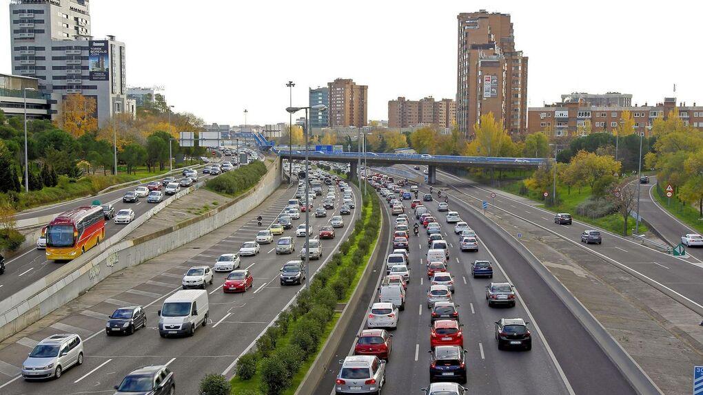 Imagen de archivo de un atasco en una carretera de la Comunidad de Madrid. EFE