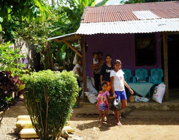 Mujeres y niñas en su casa, en Tutuala, Timor Oriental.