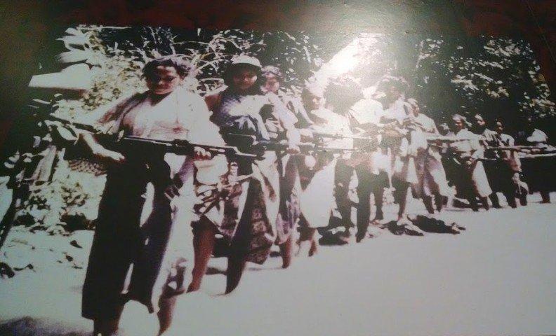 Mujeres timorenses en las Falintil. Fotografía del documento presente en el Archivo y Museo de la Resistencia Timorense, en Dili.