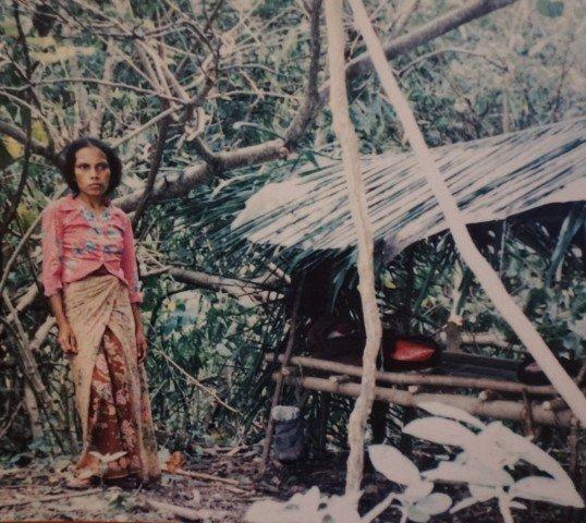 Mujer en las OPMT. Fotografía del documento presente en el Archivo y Museo de la Resistencia Timorense, en Dili.