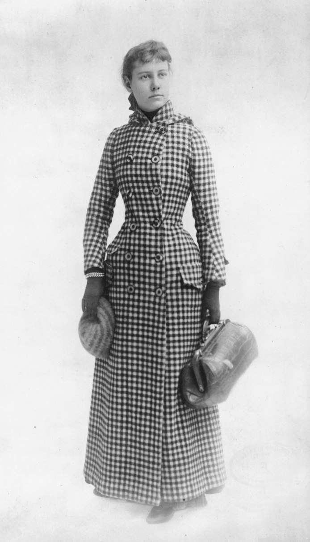 Nellie Bly con su abrigo y la unica maleta de amno que llevó consigo para el viaje. Fuente: http://grantland.com/the-triangle/nellie-bly-around-the-world-in-seventy-two-days/
