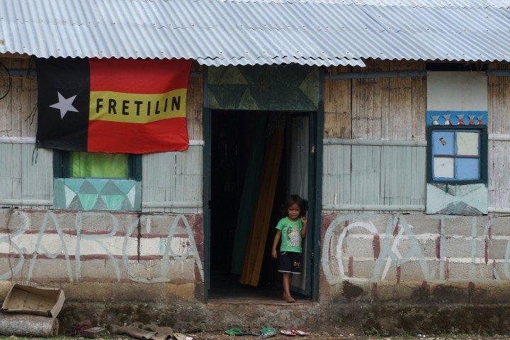 Niña timorense en su casa, con la bandera de Fretilin, cerca de Baucau, Timor Oriental.