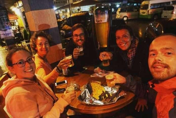 Encuentro improvisado (con sus respectivas cañas) de bloggers de viajes en Cameron Highlands, Malasia. El hecho de coincidir en el mismo hostel dió inicio a una noche muy divertida. En la foto, Chris y yo de Randomtrip.es, Lorena de Viaja Sé Té Misma y Laura y Astra de Following Our feet