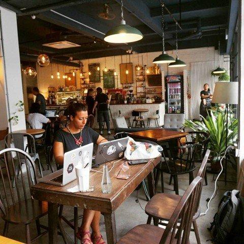 Trabajando en una cafetería en Malaca (Malasia) mientras pedía consejos por skype a una amiga nómada digital