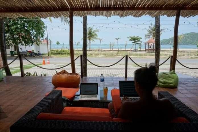 Trabajando frente a una playa paradisíaca en Kuta Lombok, Indonesia